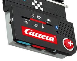 Die innovative Anschlussschiene mit integriertem Lautsprecher und Bluetooth-Chip bringt Geschicklichkeitsspiele mit einer eigenen Carrera GO!!! Plus App ins Renngeschehen und verwandelt das Kinderzimmer in eine Rennstrecke.  Via Bluetooth verbindet sich das Smartphone oder Tablet mit der Anschlussschiene und ab geht die Post, denn die Carrera GO!!! Plus App wartet mit actionreichen und lustigen Spielen auf die kleinen Fahrer und zeigt, wie smart die Rennbahn geworden ist. Doch auch ohne App fordert die neue Pit Stop Lane das Fahrerkönnen und Renngeschick der Piloten. Per Zufallsprinzip wird mitten in einem packenden Carrera Race ein Action-Spiel für die kleinen Rennfahrer ausgewählt.